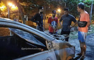 Mobil Taksi Online Terbakar di Dekat Mal Grand Metropolitan