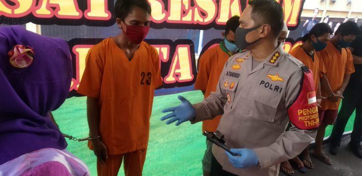 Kapolresta Cirebon Kombes Pol M Syahduddi saat mengintrogasi pelaku curanmor. Bima