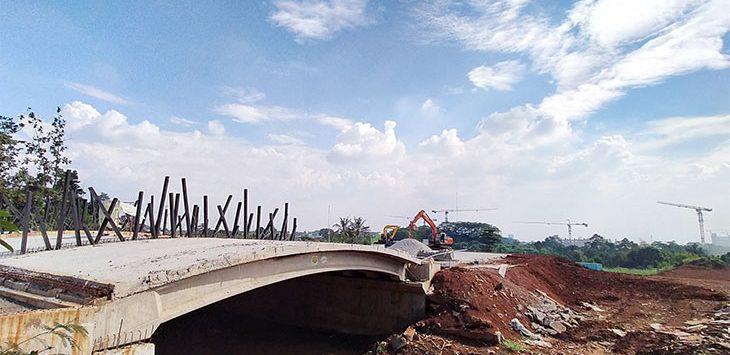 Pekerja menggunakan alat berat saat berada di area UIII yang masih dalam tahap pembangunan di kawasan Kelurahan Cisalak, Kecamatan Sukmajaya, Rabu (8/7/2020).
