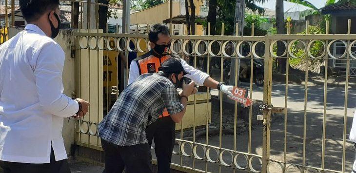 Polres Indramayu tengah memeriksa bagian dari kantor DPD Partai Golkar Indramayu, Selasa (28/7/2020)./Foto: Isimewa