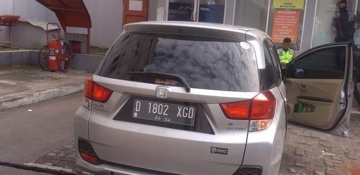Pria meninggal dunia di dalam mobil di Jalan Riau, Bandung, Jumat (3/7/2020)./Foto: Arief