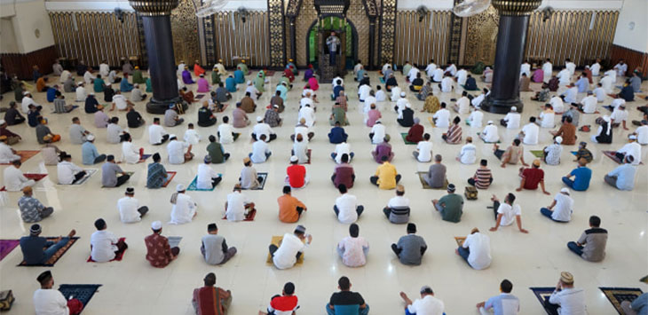 Sejumlah umat Islam menunaikan salat Jumat berjamaah dengan menerapkan jaga jarak. ANTARA