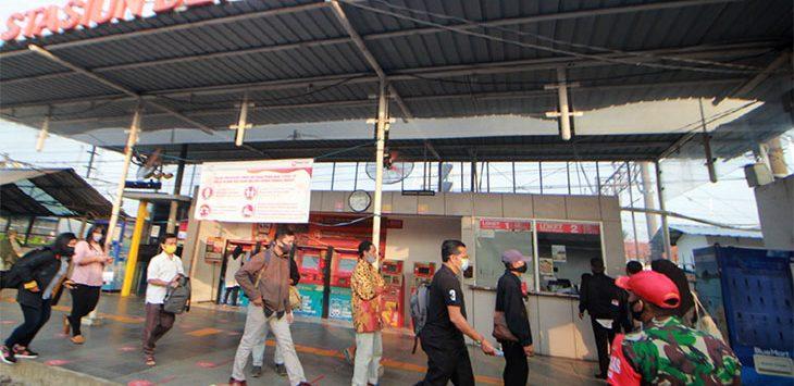 Sejumlah penumpang KRL Commuter Line berada di area Stasiun Depok Lama, Kecamatan Pancoranmas.