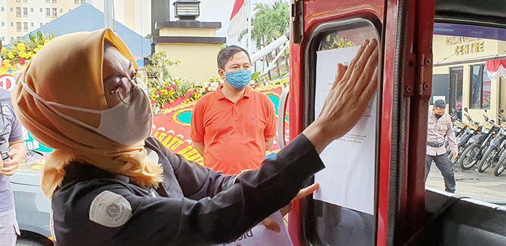 Kasubag Humas Polres Metro Depok, AKP Elly Pandiansari saat menyebar sektsa wajah tersangka penculikan anak di Angkot Kota Depok, beberapa waktu lalu.