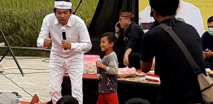 Anggota DPR RI, Dedi Mulyadi, saat bertanya kepada Abay anak yatim yang ditinggalkan ayahnya.