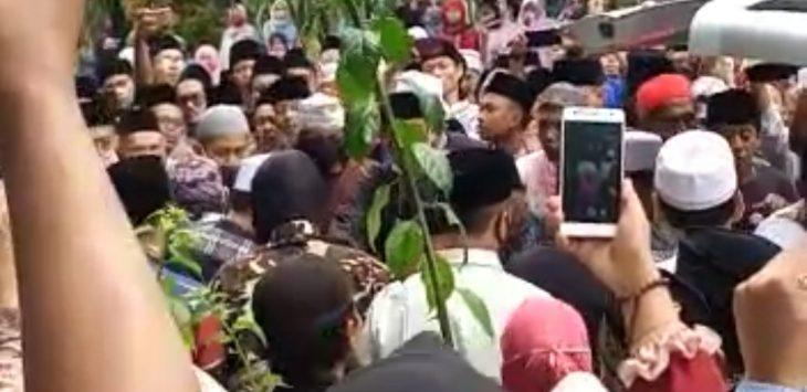 Ribuan pelayat mendatangi kediaman H. Adang, atau Abah Cipulus saat jenazah Almarhum sampai di kediamannya yang berada di Cipulus Wanayasa.
