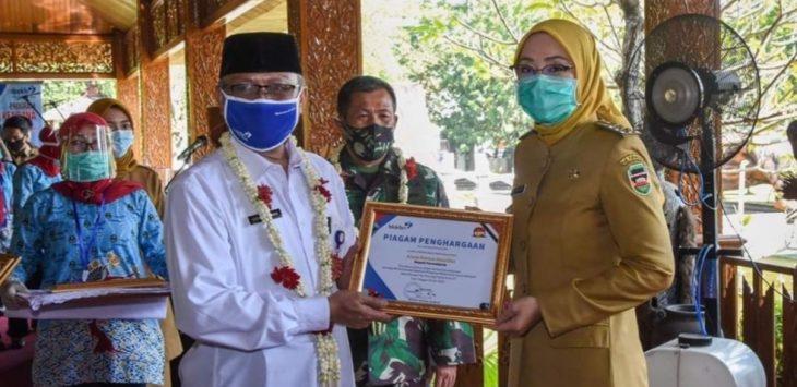 Bupati Purwakarta, Anne Ratna Mustika, saat menerima piagam penghargaan dari BKKBN Provinsi Jawa Barat. Dalam program KB Sejuta Akseptor Provinsi Jawa Barat.
