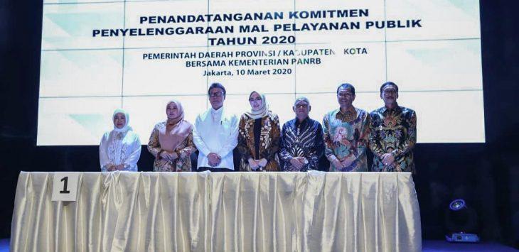 Bupati Purwakarta saat foto Bersama usai penandatangan MoU dengan Kementrian PANRB, tentang Penandatanganan Komitmen Penyelengaraan MAL Pelayanan Publik tahun 2020