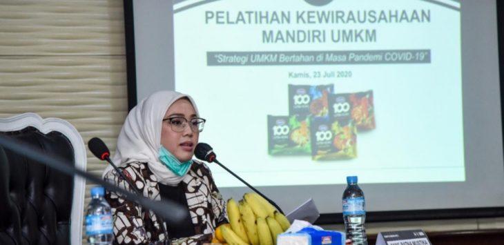 Bupati Purwakarta Anne Ratna Mustika, saat memberikan sambutan dalam acara pelatihan kewirausahaan Mandiri UMKM, kepada para peserta UMKM.