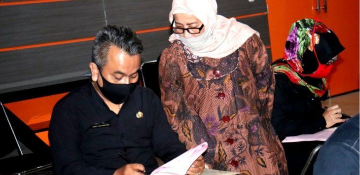 Salah satu Aparatur Sipil Negara (ASN) yang sedang mengikuti ujian kompetisi di kantor BKPSDM, tampak salah seorang pengawas tim penguji yang memperhatikan ASN yang tengah di uji.