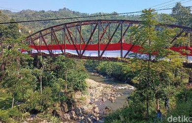 Bendera raksasa di jalur KA Bandung menuju Ciwidey (dtc)