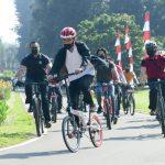 Jokowi Lambaikan Tangan ke Warga Saat Bersepeda di Kebon Raya Bogor