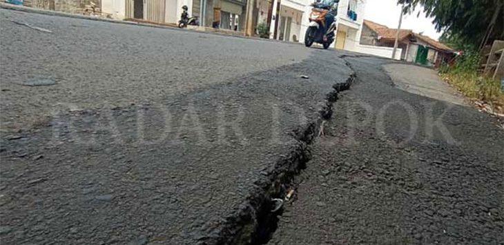 Retak, Jalan TPU Kalimulya Nyaris Amblas