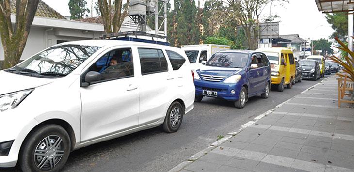 Antrean kendaraan di Jalur wisata Lembang, Kabupaten Bandung Barat.