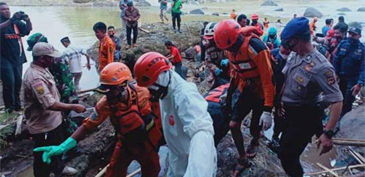 Tim SAR gabungan saat mengevakuasi jenazah Muhammad Akbar (15), santri Al-Amin Cicurug yang terseret di Sungai Cibeber, Kecamatan Cicurug