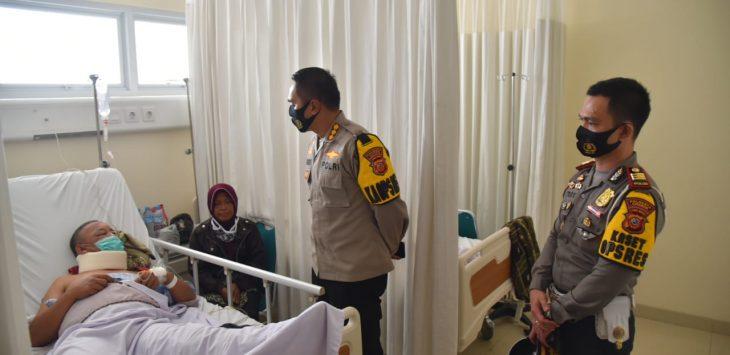 Kapolresta Cirebon Kombes Pol M Syahduddi didampingi Kasatlantas AKP Ahmat Troy Aprio, jenguk korban. Ist