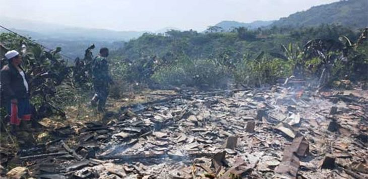 Warga dan Babinsa Desa Neglasari, Kecamatan Nyalindung saat meninjau lokasi rumah yang dibakar anak kandung.