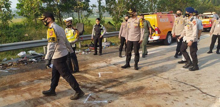 Jajaran Polda Jabar tinjau kecelakaan di Tol Cipali, Senin (10/8/2020)./Foto: Istimewa
