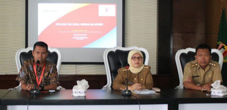 Kepala Dinas Komunikasi dan Informasi Kabupaten Purwakarta (tengah).