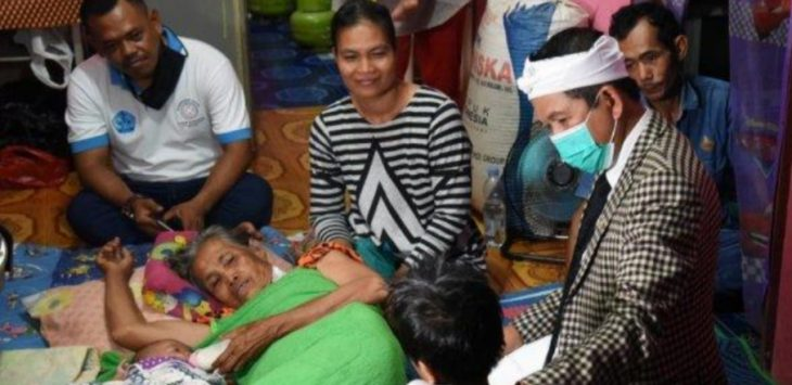 Anggota DPR RI Dedi Mulyadi (pake iket) bersama Nardi Kepala Desa Karya Mekar (kaos putih), saat menjenguk Nenek Kinah (terbaring) yang di bacok anak kandungnya sendiri.
