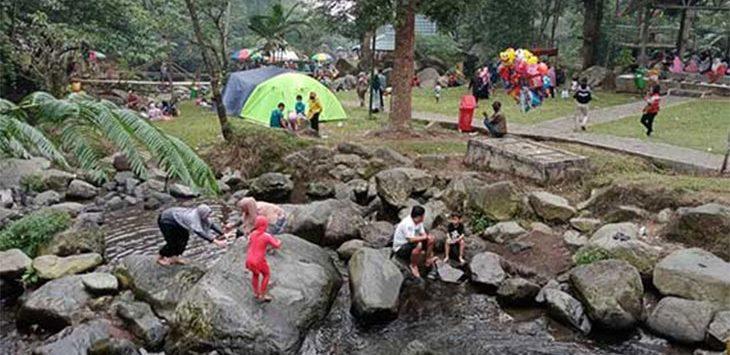 Sejumlah wisatawan dari berbagai daerah saat mengunjungi objek wisata Pondok Halimun, yang berada di kaki Gunung Gede Pangrango, Kecamatan Sukabumi, Minggu (2/8/2020).