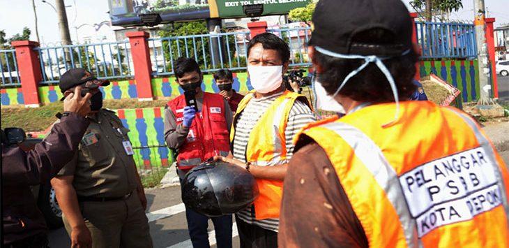 Petugas gabungan memberikan sanksi kepada warga yang masih tidak menggunakan masker saat berada di tempat umum di Simpang Juanda, Jalan Margonda Raya, beberapa waktu lalu.