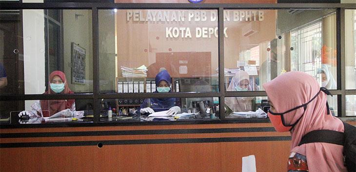 Petugas melayani warga yang ingin membayar pajak di Kantor Pelayanan PBB dan BPHTB, Balaikota Depok.