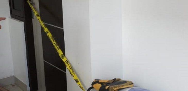 Andito anak dari pemilik kos menunjukan lokasi kamar korban yang sudah di police line, Selasa (18/8). Foto: RC