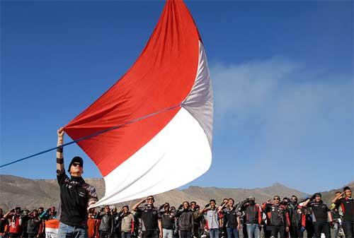 Ilustrasi bendera Merah Putih Dikibarkan