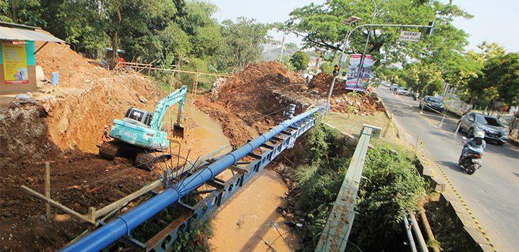 Pekerja beraktifitas di proyek perbaikan jalan dan jembatan di kawasan Jalan Boulevard Rayam Grand Depok City, Kecamatan Cilodong, Senin (3/8/2020).