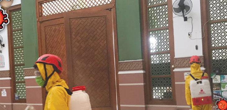Petugas Damkar menyemprotkan cairan disinfektan di Pondok Pesantren Al Hikam, Kecamatan Beji Kota Depok, Kamis (13/8/2020).