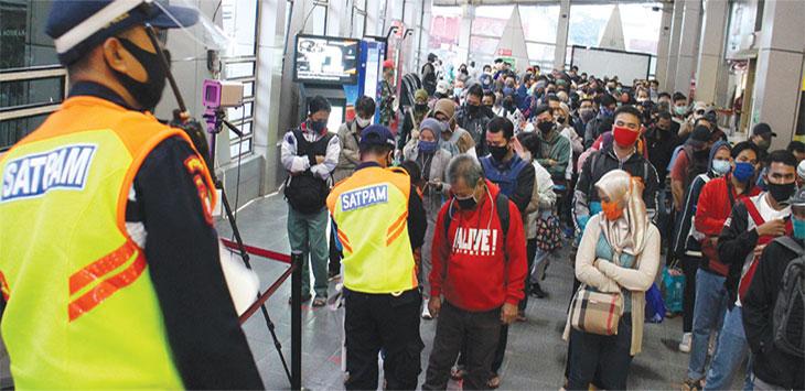 Pengguna KRL Commuter Line antre saat akan memasuki peron di Stasiun Citayam.