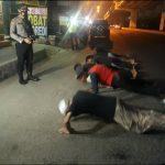 Remaja yang dihukum push-up di Galaxy, Bekasi Selatan, Sabtu (22/8). (Adika Fadil/pojokbekasi.com)