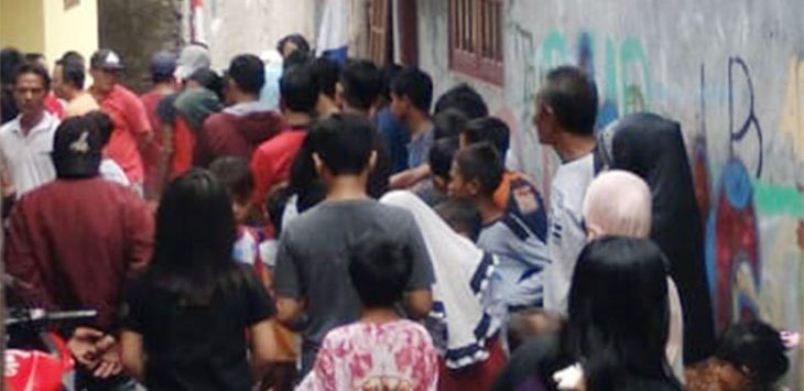 Kerumunan warga saat menggiring pelaku pelecehan seksual yang meninmpa enam anak di bawah umur, terjadi di kawasan Cipayung.