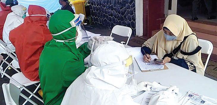 Sebanyak 170 guru dari 15 SMA/SMK/MA sederajat di Kota Sukabumi melaksanakan swab dalam rangka persiapan melaksanakan Kegiatan Belajar Mengajar (KBM) tatap muka secara langsung di Dinas Kesehatan Kota Sukabumi, Rabu (19/8/2020).