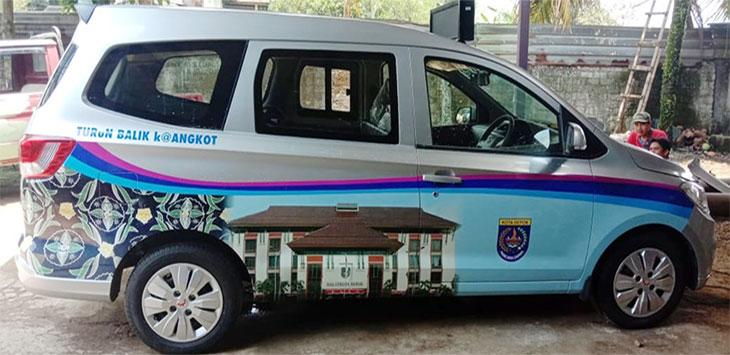 Salah satu angkot yang beroperasi di Kota Depok, tengah dilakukan modifikasi guna memberikan kenyamanan kepada penumpang, Kamis (24/09).