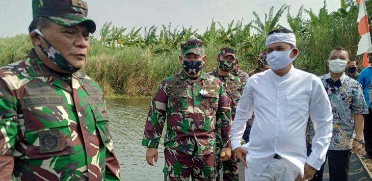 Pangdam III/Siliwangi Mayjen.TNI Nugroho Budi Wiryanto (Kiri) didampingi Anggota DPR RI Dedi Mulyadi (kanan baju putih) saat usai tebar benih ikan di danau Cibening Purwakarta.