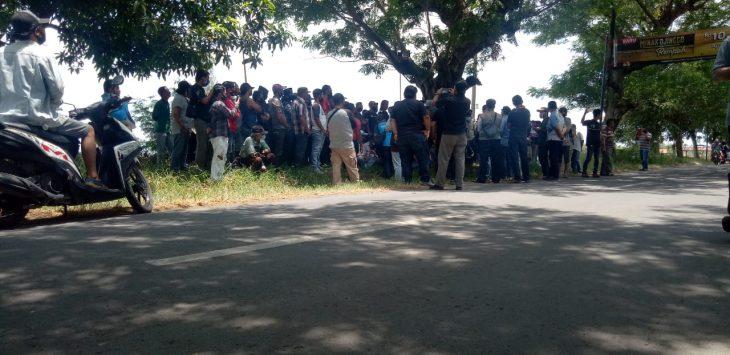 Warga berkumpul di sekitar pembangunan proyek. Dede