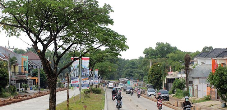Sejumlah kendaraan melintas di Jalan Bouelevard Raya, Grand Depok City,yang sudah bisa dilewati sebagian jalannya usai diperbaiki, Rabu (16/9).