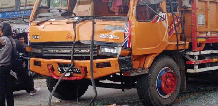 Truk bernopol B 9389 IT terlibat kecelakaan beruntun di Jalan Raya Sukaraja, tepatnya di Kampung Cisero, Desa Langensari, Kecamatan Sukaraja, Kabupaten Sukabumi, kemarin (18/9) petang sekitar pukul 16.30 WIB hingga mengakibatkan bagian depannya ringsek.