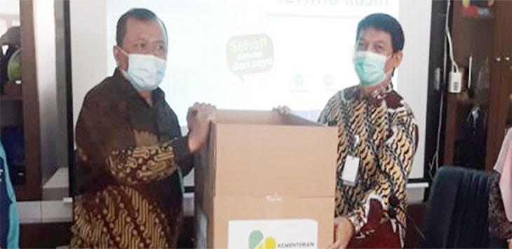 Kemenkes memberikan bantuan ventilator kepada Sekda Kota Depok, Hardiono.