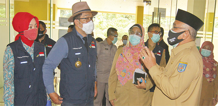 Gubernur Jawa Barat, Ridwan Kamil didampingi Walikota Depok, Mohammad Idris mendatangi Rumah Sakit Umum Daerah (RSUD) Kota Depok di Jalan Muchtar Raya, Kecamatan Sawangan, Selasa (15/9).
