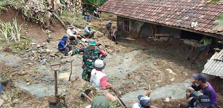Petugas Desa Mangunjaya bersama Babinsa saat meninjau lokasi longsor yang menerjang rumah warga di Kampung Cijulang, RT 28/06, Desa Mangunjaya, Kecamatan Waluran, Selasa (22/9/2020).