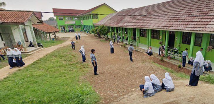 Sejumlah siswa MTSN 1 Depok sedang keluar istirahat di Jalan Kp Sawah No31 Kelurahan Jatimulya, Cilodong sebelun pandemi corona.
