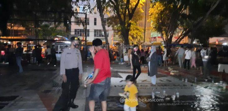 (Ilustrasi) Polisi merazia masyarakat di Alun-Alun Bekasi, Bekasi Selatan, Sabtu (5/9). (Adika Fadil/pojokbekasi.com)