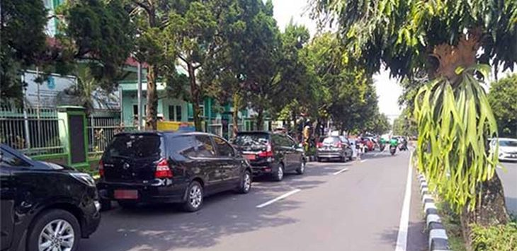 Jalur Timur Jalan Ir H Djuanda atau yang dikenal dengan nama Dago saat dipadati kendaraan roda empat dan roda dua.