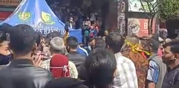 Pedagang Pasar Baru Kota Bandung demo (arf)