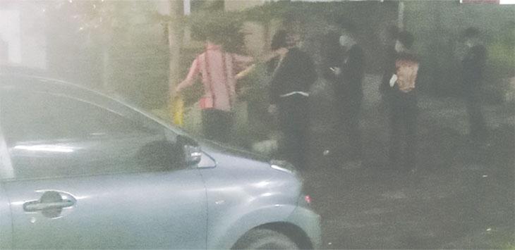 Resmob Polda Metro Jaya saat melakukan reka ulang adegan penangkapan dua pelaku pembunuhan, di kawasan Kelurahan Cimpaeun, Kecamatan Tapos, Rabu (16/09/2020).
