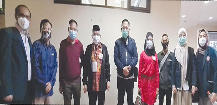 Bakal calon Walikota dan bakal calon Wakil Walikota didampingi KPU dan Bawaslu saat mengikuti cek kesehatan di RS Hasan Sadikin Bandung, Jawa Barat, Selasa (08/09).
