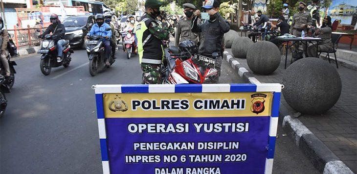 Tampak petugas tengah melakukan oprasi Yustisi di Alun-alun kota Cimahi untuk mendisiplinkan masyarkat dalam penerapan protokol kesehatan.